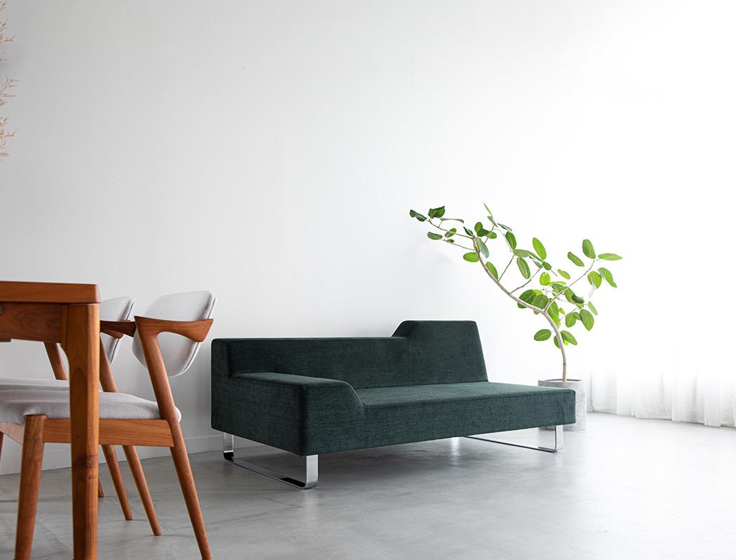 コンパクトでスタイリッシュな2人掛けは寝室や一人暮らしの部屋など、あらゆる空間で活躍します